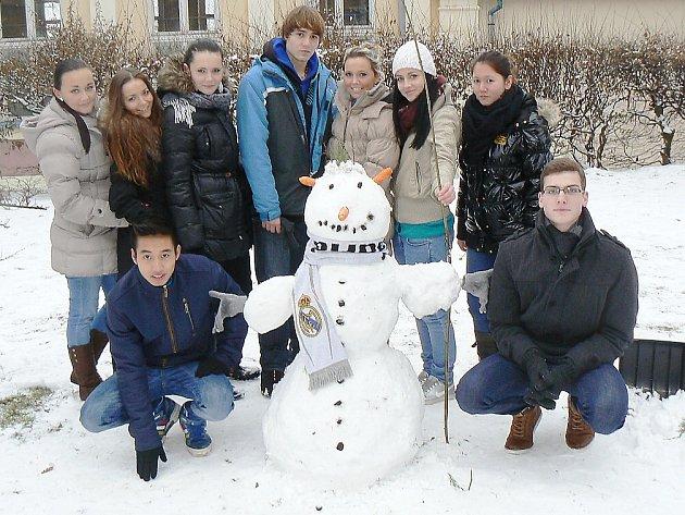 Několik sněhuláků vyrostlo u Obchodní akademie v České Lípě.