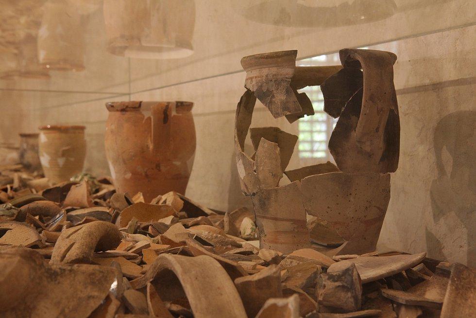 Nejčastějšími nálezy při archeologickém výzkumu jsou fragmenty keramických nádob. Výjimečně je možné rekonstruovat znich celý tvar nádoby.