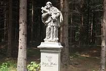 Socha sv. Jana Nepomuckého se po letech opět objevila na rozcestí U Jána v Mařenicích u Cvikova.
