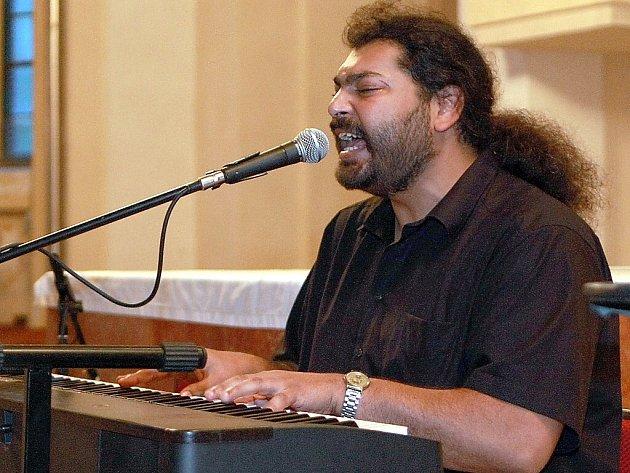 Nevidomý romský zpěvák, klavírista a akordeonista Mário Bihári se představil na výjimečném koncertu v Novém Boru společně se svou kapelou Bachtale Apsa a dalšími hosty.