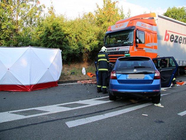 Hasiči spolu s dalšími složkami Integrovaného záchranného systému zasahují od ranních hodin u dopravní nehody na silnici I/38 u Doks, kde se krátce před sedmou hodinou čelně srazil osobní vůz Škoda Rapid s nákladním.