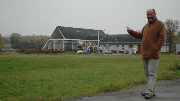 Starosta Ivo Čeřovský ukazuje na místo, kde vyroste průmyslová zóna