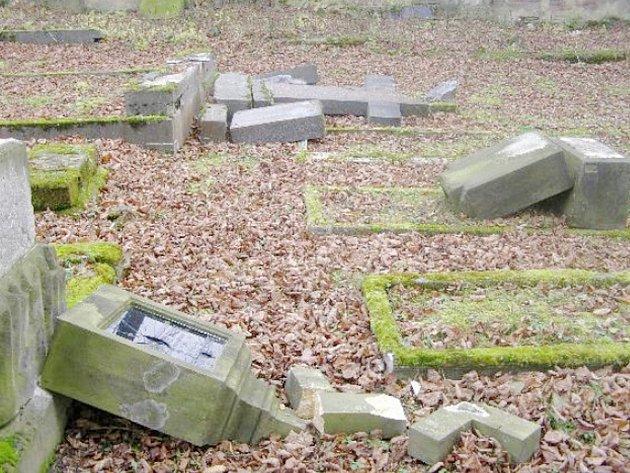 Poničený hřbitov v obci Drchlava na Doksku.