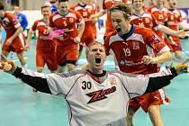 Oslavy s bouřící tribunou si čeští florbalisté ve Sportareálu velmi oblíbili.