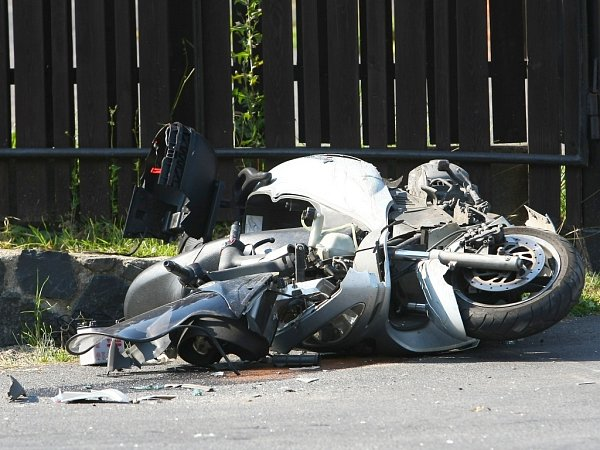 Hromadná nehoda dvou osobních aut, náklaďáku a motorkáře ve čtvrtek odpoledne zkomplikovala dopravu mezi Českou Lípou a Dobranovem.