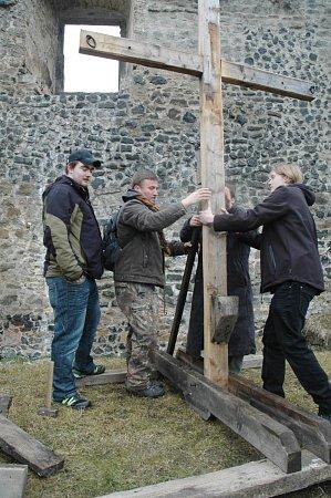 Navzdory nevlídnému počasí probíhala vsobotu na Vodním hradě příprava na letošní Pašijové hry. Vztyčeny byly všechny kříže a zkoušela se ijejich odolnost.