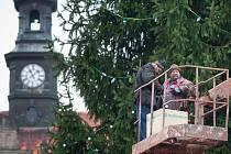 Zdobení vánočního stromu na náměstí v České Lípě proběhlo včera. Rozsvítí se v neděli.