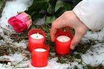 K domu na Svárově v České Lípě, kde v pondělí zřejmě čtyřiadvacetiletá matka zavraždila teprve čtyřletou dcerku.