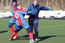 V rámci 7. kola zimního fotbalového turnaje se střetla Kamenice s Novinami (modré dresy). Z výhry 1:0 se nakonec radovali Kameničtí.