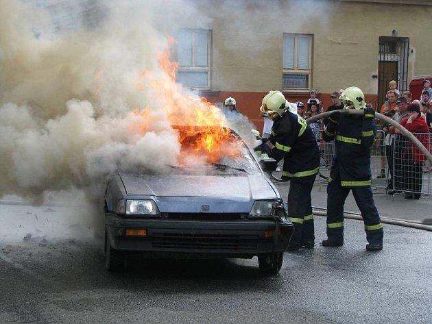 Jako náhradní program místo ukázek policejních psovodů začali hasiči soutěžit v rychlosti uhašení zapáleného automobilu.