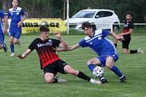 Fotbalisté České Lípy (modré dresy) prohráli ve Velvarech vysoko 0:5.