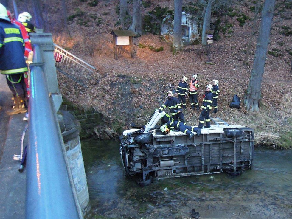 Ford Transit s mladým řidičem spadl v pondělí ze čtyřmetrové výšky do řeky Svitávka v Zákupech.