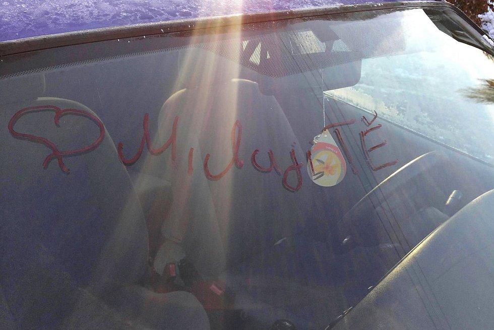 Autentický vzkaz stalkera na autě jeho bývalé partnerky z Českolispka.