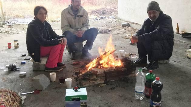 Štědrý den v teple praskajících kamen, v kruhu rodinném. I to může být realita v komunitě bezdomovců. Redaktor Českolipského deníku zjišťoval, jak tráví Vánoce lidé bez domova.
