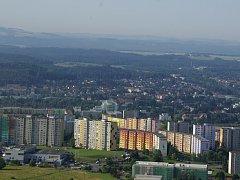 Pohled na sídliště i celé město z rozhledny Špičák.