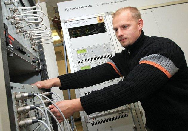 Na vysílači měli v noci. Technici museli připravit  zařízení na vysílači Buková hora ke spuštění digitálního vysílání a zároveň odpojení analogového vysílání programu ČT 2. Mezi nimi byl i technik Marin Kumšta.