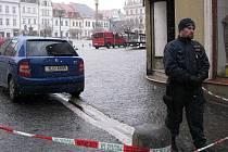 Uzavřené náměstí hlídají policisté.