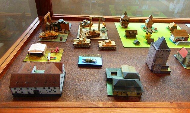 Výstava Svět zpapíru je všenovské knihovně kvidění vzáří a říjnu.