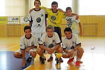 Letci po výhře 2:0 ve finále převzali pohár pro vítěze.