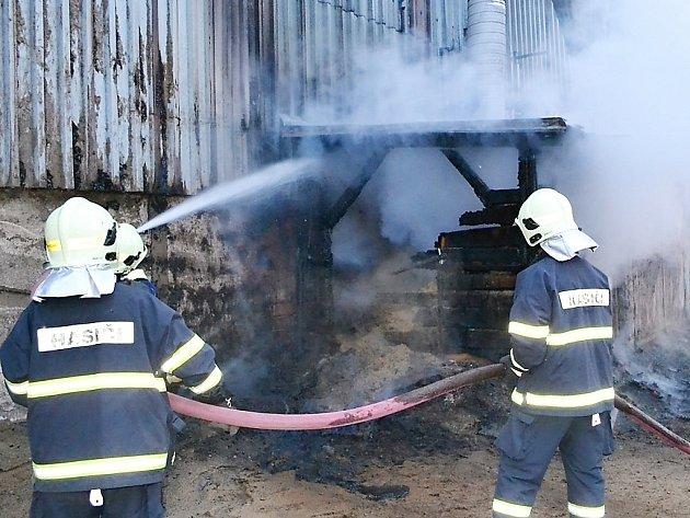 Středeční požár haly v Holanech.