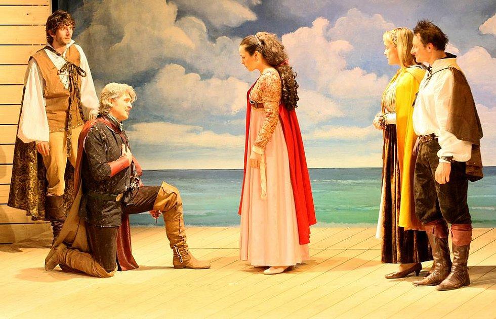 Novoborští diváci měli ojedinělou možnost v pondělí shlédnout mimopražskou předpremiéru divadelní hry Othello v podání vynikajících herců Divadla Na Jezerce.