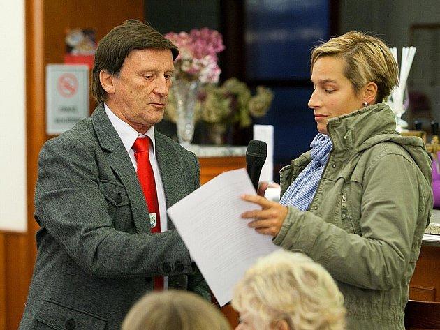 Soužití obyvatel Nového Boru s místními Romy chtěli ve veřejném diskusním fóru probrat členové domácího Spolku Boráci Borákům. Jejich snaha ale nenašla u veřejnosti moc odezvy.
