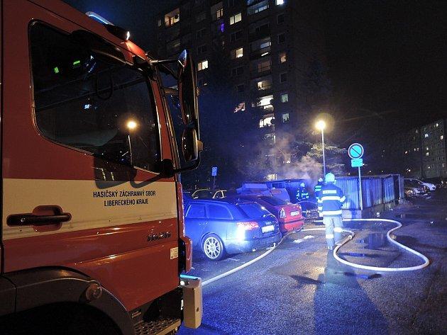 K požárům kontejnerů na tříděný odpad byli hasiči voláni během celého dne. Vyjížděli například v Jablonci nad Nisou, Liberci i České Lípě.