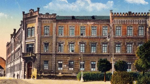 Historie školy se začala psát v novogotické budově na náměstí Osvobození, kam se škola vrátila po více než čtyřicetileté pauze v roce 1994. Mezitím sídlila v Havlíčkově ulici, kde je dnes průmyslovka.