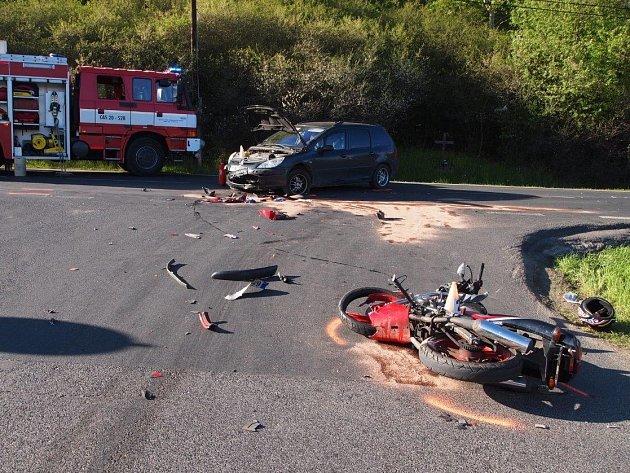 Kolem páté odpoledne vyjížděli policisté knehodě auta a motorkáře uDobranova.
