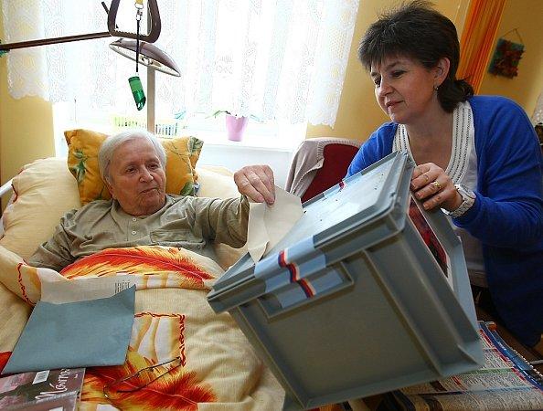 Volby nevynechala ani paní Honzíková zDomova důchodců ve Sloupu vČechách.