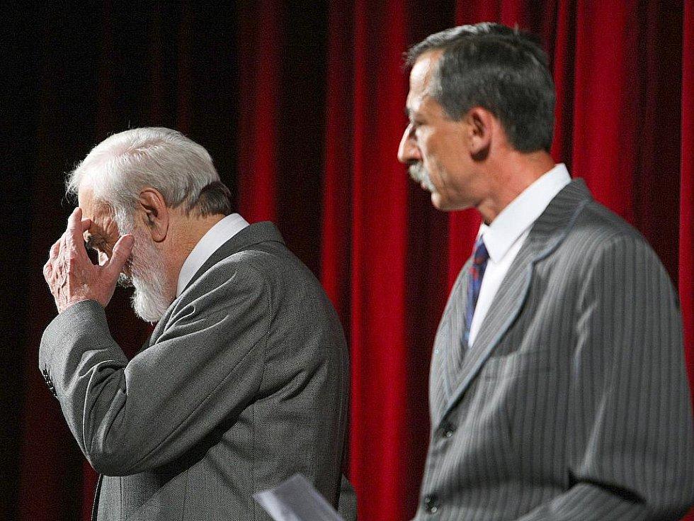Obrovský aplaus sklidili herci Divadla Járy Cimrmana, kteří odehráli, i přes smutné nedělní úmrtí Ladislava Smoljaka, představení Hospoda na mýtince v českolipském Jiráskově divadle.