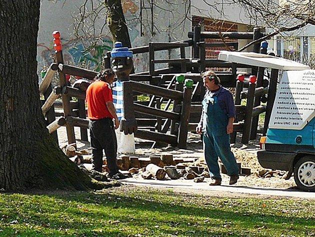 Do poloviny dubna město zajistí opravu hracích prvků na hřištích, úklid už je hotový.