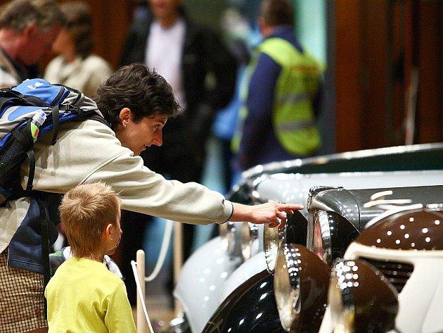 Uvnitř kulturního domu Crystal probíhá výstava historických automobilů a motocyklů, která potrvá do sobotních osmnácti hodin.