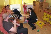 Zuzana Kocumová s dětmi ve cvikovské léčebně.