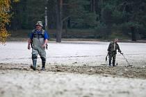 Lidé, kteří k Máchovu jezeru vyrazí s detektorem kovů, polním rýčem či lopatkou, nesmějí v první řadě do dna jezera kopat.