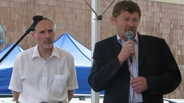 Zastupitelé Miroslav Hudec (vlevo) a Jan Riedl diskutovali o problematice financování Sportareálu a prodeji ČLT.