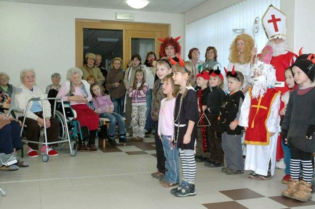 Děti zpívaly seniorům