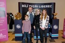 Výlet na hokej do Liberce si všichni účastníci užili.