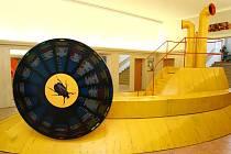 Žlutá ponorka, která je symbolem unikátní výstavy Beatlemánie, už nyní zabírá foyer KD Ralsko v Mimoni.
