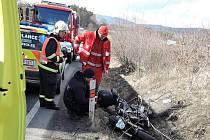 Těžké zranění šestačtyřicetiletého motorkáře si vyžádala středeční dopravní nehoda silnici I/15 ve Stvolínkách.