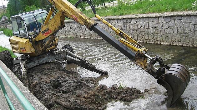 Dva tisíce tun naplavenin již nechalo Povodí Ohře odbagrovat z dna Svitávky v Zákupech v květnu 2011. Svitávku příští rok čekají další úpravy.
