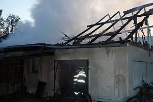 Ničivé plameny zachvátily v neděli stodolu v Břevništi. Její majitel přišel o dílnu s veškerým nářadím.