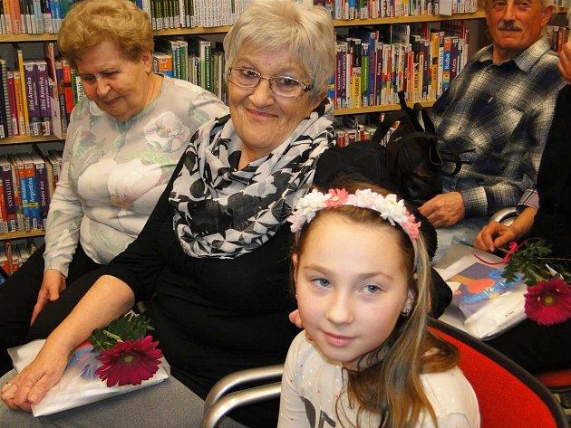 Zdevíti nominovaných čtenářek do krajského kola postoupila paní Hana Švarcrová (na obrázku svnučkou), protože svou čtenářskou pozornost věnuje všem generacím.