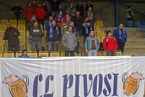 Fanouškové na stadionu u Ploučnice dali v neděli odpoledne najevo, že se jim postoj českolipské radnice k fotbalu nelíbí.