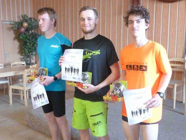 Vítězové hlavního závodu v Sosnové (zleva): 2. Černohorský Marek, 1. Petr Ondřej, 3. Cmunt Petr.