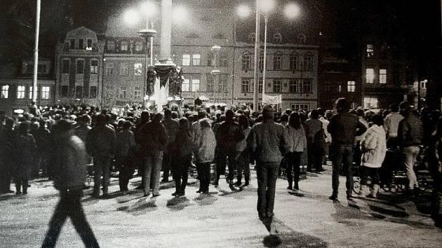 Dobová fotografie zachycuje jeden z listopadových mítingů na českolipském, tehdy Mírovém náměstí. Odehrávaly se u morového sloupu a přicházely na ně stovky Českolipanů.