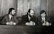 Na dobové fotografii je Miroslav Hudec, mluvčí Občanského fóra v roce 1989.