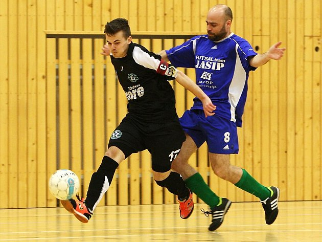 FC Démoni Česká Lípa - GMM Jablonec 15:0. Hostující Paldus (v modrém) se snaží zastavit průnik Bažanta.