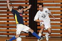 Divizní futsalisté FC Démoni Česká Lípa (bílé dresy) poslední zápas letošního roku zvládli. Porazili Olympik Mělník 6:2. Na snímku Treutner přihrává