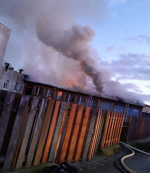 Hasiči zasahují v České Lípě u požáru objektu využívaného jako ubytovna v ulici Svojsíkova stezka.
